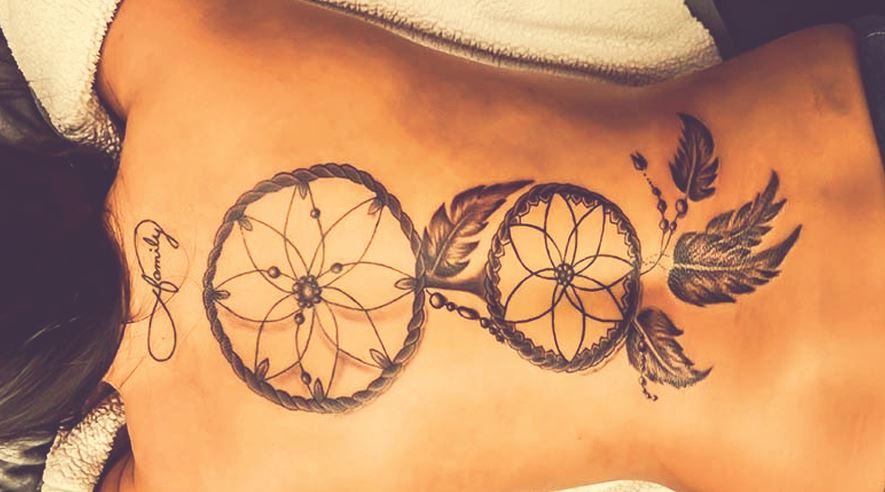 tatovering af drømmefanger på en kvindes ryg